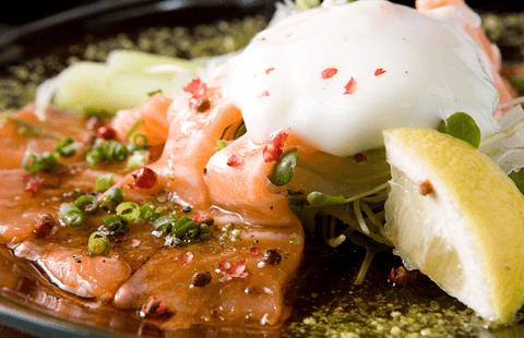 アスパラと鮮魚のカルパッチョ 温玉のせ