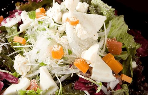 温泉卵とクワトロフォルマッジのシーザースサラダ